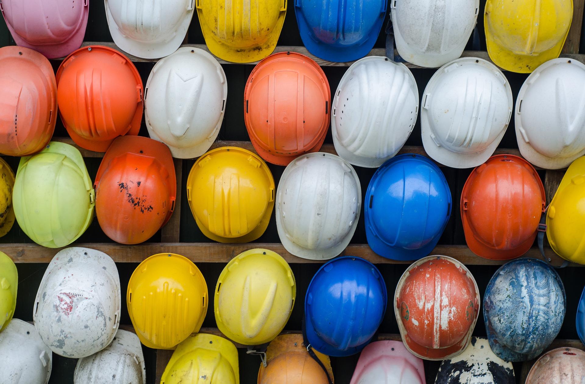 Arbeitsschutzhelme in verschiedenen Farben